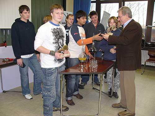 Wittdüns Bürgermeister Jürgen Jungclaus überreichte den Gewinnern die begehrte Trophäe