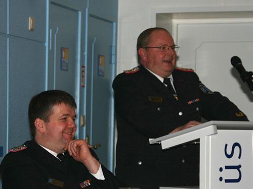 Joachim Christiansen (stehend) und Kreiswehrführer Christian Albertsen