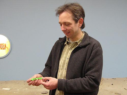 Armin Jeß zeigt eine grüne Flossenmarke