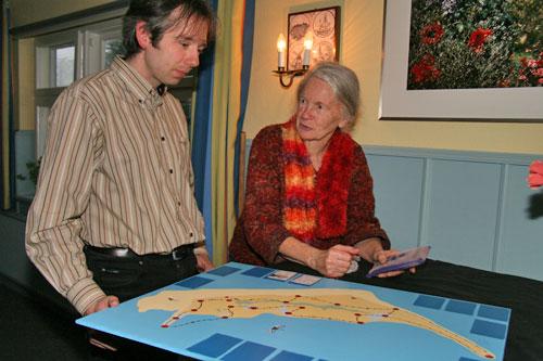 Armin Jeß zeigt Renate Segschneider das neue Amrum Spiel