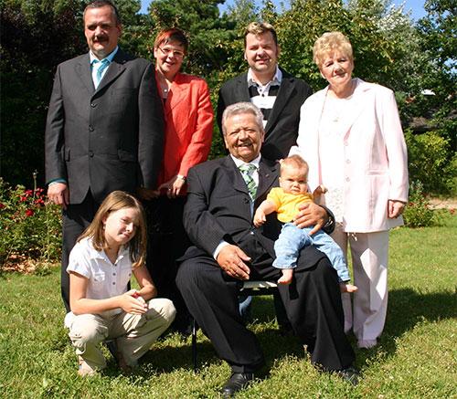Klaus Theus im Kreise seiner Familie