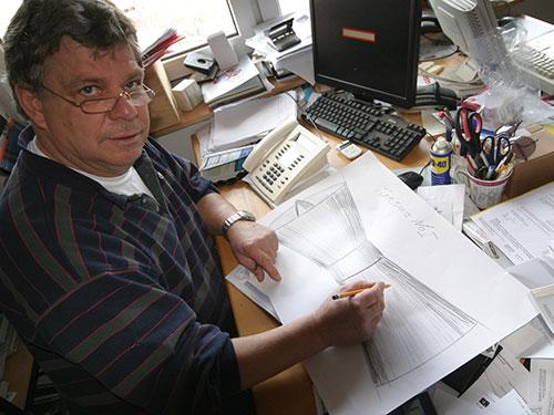 Per Isemann mit seinem ersten Entwurf der Turbine, der vor 3 Jahren entstand