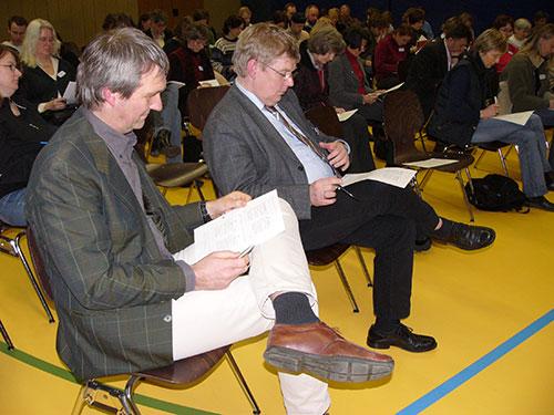 Die Schulleiter Jörn Tadsen und Hans-Peter Traulsen beim Selbsteinschätzen