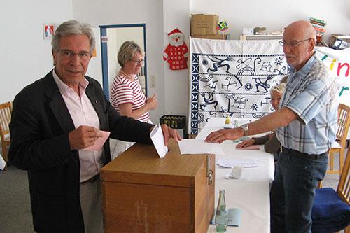 Wittdüns Bürgermeister Jürgen Jungclaus an der Wahlurne
