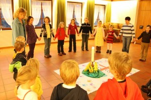 """Zur Begrüßung treffen sich alle bei einem gemeinsamen Lied um ihren """"Altar"""""""
