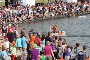 Viel Aufmerksamkeit... die Papierboot-Regatta in Steenodde
