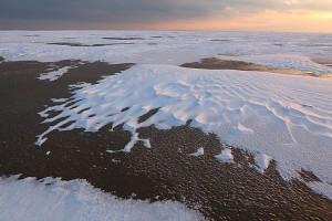 Sandflächen sind durch Eis oder Schnee versiegelt