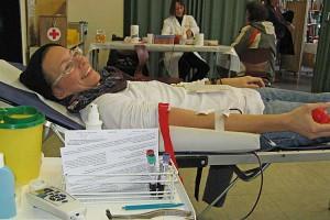Unsere Redakteurin Kinka Tadsen beim Blutspenden