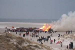 Noch strömen die Massen Richtung Feuer