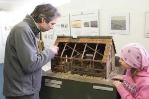 Armin Jeß erklärt einer kleinen Besucherin das Austellungsobjekt
