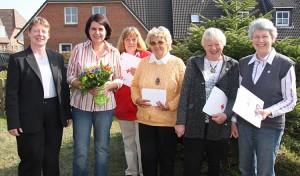 Eike Paulsen(li) mit Susanne Daufenbach(2.v.li und einem Teil der geehrten Mitglieder