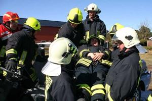 Patientengerechte Rettung vom Fahrersitz mit Löffeltrage...