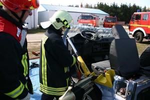 Der Vorderwagen wird mit einem Hydrauligstempel nach vorne geklappt.