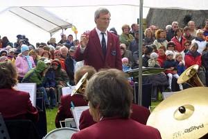 Jörn Tadsen dirigiert die Blaskapelle