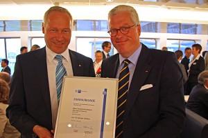 Peter Michael Stein überbringt die Ehrenurkunde der IHK Flensburg...