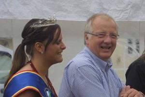 Lammkönigin Bente Petersen und Norddorfs Bürgermeister Peter Koßmann