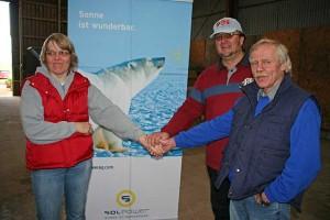 Birgit und Irk Martinen freuen sich mit Oliver Herzog(hinten) über die Fertigstellung