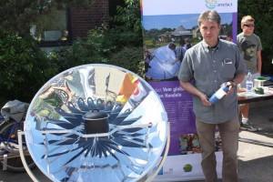 Lüschow neben einem Solarkocher