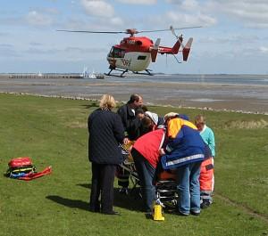 Verunfallter Fahrradfahrer wird vom Deich bei Steenodde ausgeflogen...