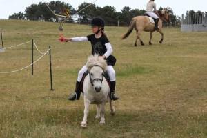 Mayte Jensen auf kleinstem Pferd