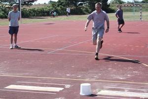Springt gleich mit dem falschen Bein ab... Schulleiter Jörn Tadsen