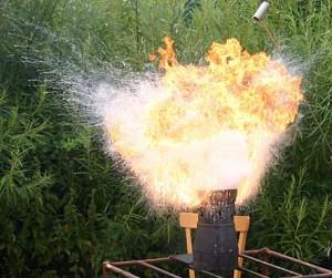 Der Versuch einen Fettbrand mit Wasser zu löschen, endet so...