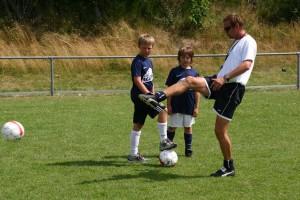 Thomas Seeliger demonstriert Techniken am Ball