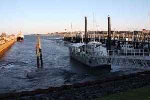 Der Seenotrettungskreuzer ist vor dem Niedrigwasser geflüchtet und liegt auf Reede.jpg