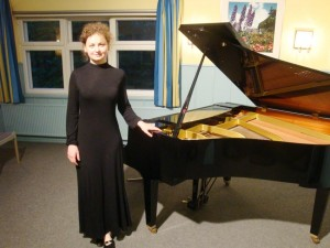 Olga Chelova am Klavier