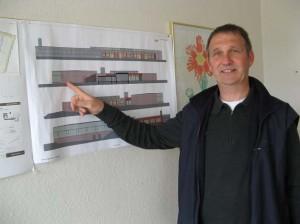 Schulleiter Jörn Tadsen vor den Bemusterungsplänen