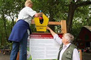 Hinweisschild wurde gleich montiert, Hans-Adolf Wrage legt selber Hand an...
