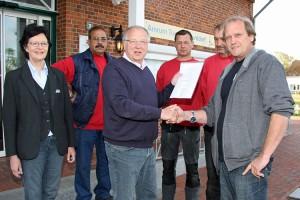 Bürgermeister Peter Koßmann gratuliert dem Jubilar...