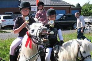 Da freute sich auch das Pony von Mara Jensen über den 5. Platz... Rechts daneben Mayte Jensen mit dem Pokal für den 1. Platz