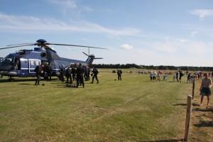 Fallschirmspringer rüsten sich für den Rückflug unter großem Zuschauerinteresse