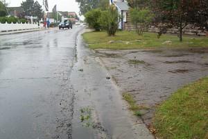 Regenwasser vom Parkplatz läuft bis auf die Lunstruat...
