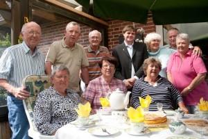 Im Ferienhaus Bäder bei selbstgebackenen Friesenwaffeln wird viel über alte Zeiten geklönt