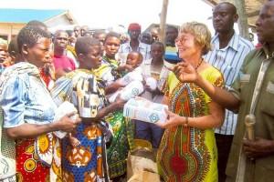 Jutta Kaulbach verteilt die Lebensmittel...