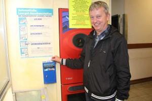 Chris Johannsen freut sich über die angebrachten Spendenkasten für Pfandbons in den EDEKA-Märkten....
