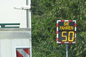 aAuf die vorgeschriebene Geschwindigkeit bei der Einfahrt nach Süddorf abgebremst....