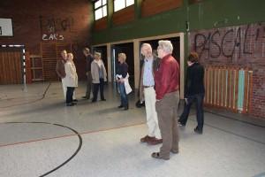 Die Mitglieder des Amtsausschusses machen sich ein Bild in der Turnhalle...