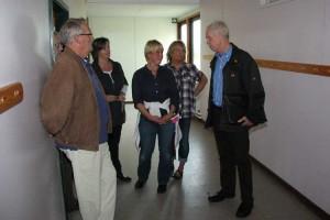 Heinz Lorenzen Vorsitzender des Schulausschußes mit Elternvertreterinnen in der abzureißenden Grundschule