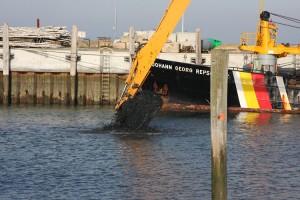 Baggerführer bringt den Hafen auf Tiefe