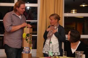 Tobias Lankers verabschiedet Miriam Traulsen mit einem Geschenk...