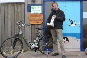 Armin Jeß, Leiter des Carl Zeiss Naturzentrums Amrum freut sich über den technischen Zuwachs...
