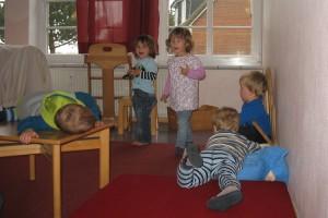 Auch die Kleinsten sind ohne Spielzeug glücklich...