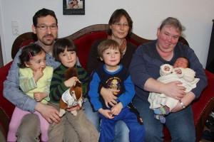 Familie Adolph mit Hebamme Antje Hinrichsen