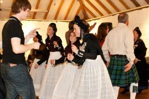 Alle tanzten zusammen, Tracht und Kilt...