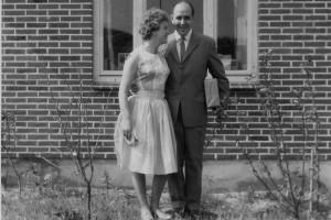 Asta und Günter Isemann auf dem Weg zur Hochzeit des damaligen Schulleiters im Jahr 1959 vor ihrem Haus in Wittdün