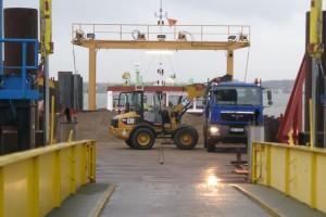 Lastwagen werden direkt an Deck beladen...