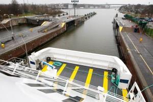 """Die """"Schleswig-Holstein""""  in der Schleuse zum Nord-Ostsee Kanal"""
